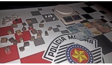 Drogas, dinheiro e balança de precisão apreendidos pela Polícia Militar, em Lucélia. Homem foi preso em flagrante (Cedida/PM).