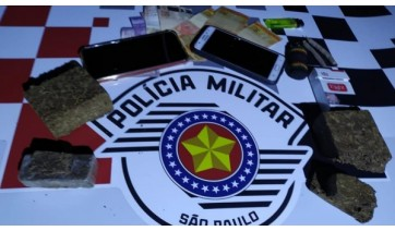 Droga, dinheiro e celulares apreendidos no flagrante de tráfico de drogas (Divulgação/PM).
