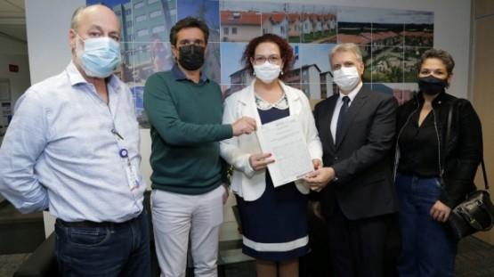 Prefeita assina termo de doação de terreno para construção do conjunto habitacional da Vila Renó