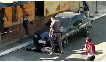 Em Parelheiros, na capital paulista, policial militar pisa sobre o pescoço da mulher, enquanto ela está deitada no chão. Imagem muito parecida a que ocorreu nos Estados Unidos e que levou à morte George Floyd, dando início a uma série de protestos no mundo todo (Reprodução).