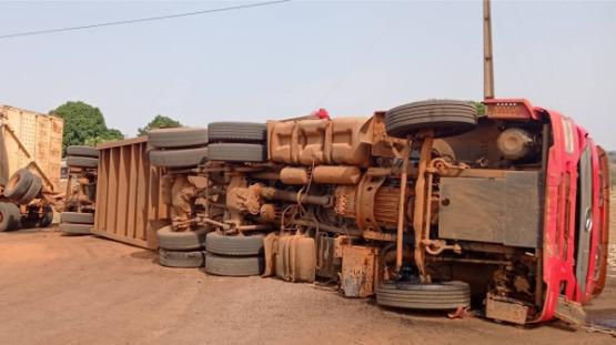 Bitrem canavieiro tomba ao fazer curva em estrada rural, proximidades do antigo IBC