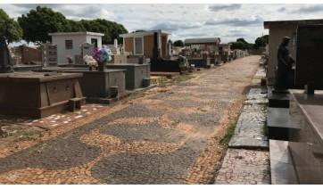Conforme a administração municipal, o recadastramento é gratuito para túmulos, jazigos, capelas, carneiras, galerias e gavetas, e é feito através de formulários que são disponibilizados no setor de atendimento do próprio cemitério (Foto: Aqui Lucélia).