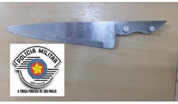 Faca usada pelo homem para agredir a mulher foi apreendida pela Policia Militar (Cedida/PM).