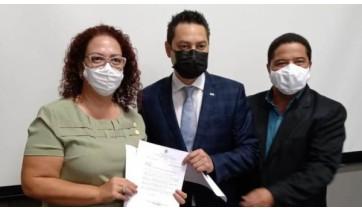 Secretário Marcos Vinholi (ao centro) recebe pedidos levados pela prefeita Tati e vice-prefeito Marcos Lima (Divulgação).