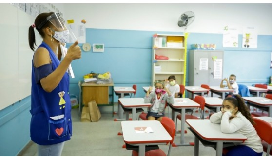 Governo antecipa a vacinação de profissionais da educação básica de 18 a 44 anos