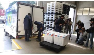Doses são carregadas em caminhão refrigerado, no centro de distribuição da Secretaria Estadual da Saúde, em SP, rumo ao interior (GovSP).