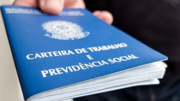 Em nível Brasil, segundo o governo federal, o saldo do emprego com carteira assinada em março de 2021 ficou positivo em 184.140 postos de trabalho (Foto: Agência Brasil).