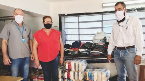 Representantes da Energisa Sul-Sudeste fazem a entrega das cestas básicas à dirigente do Fundo Social de Solidariedade de Lucélia (Da Assessoria).