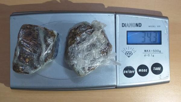 Maconha apreendida com o trio totalizou 34,3 gramas (Cedida/Polícia Civil).