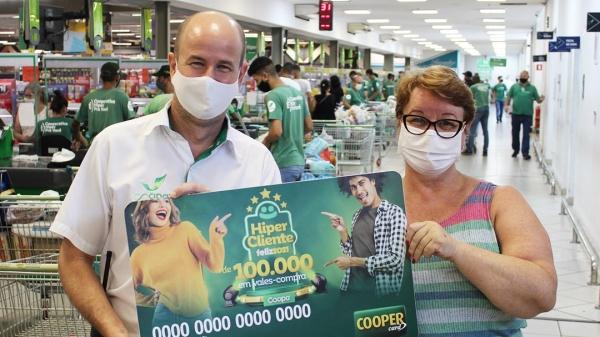 O gerente comercial da Cocipa, Márcio Cavalaro faz a entrega do vale-compras a uma das ganhadoras da promoção (Divulgação/Cocipa).