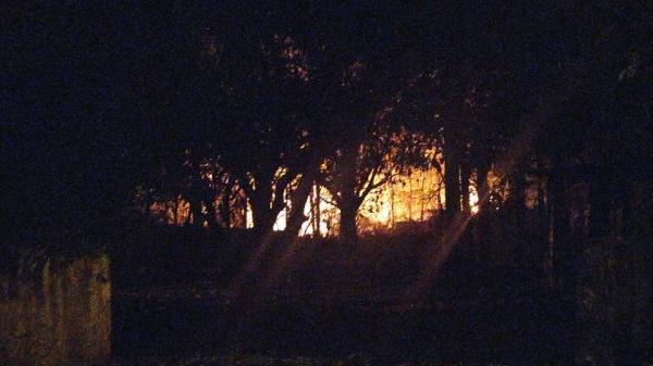 Novo incêndio no Salto Botelho, na noite desta quarta-feira (16), um mês depois de uma ocorrência semelhante que atingiu área de vegetação nativa no local (Imagem: Cedida).