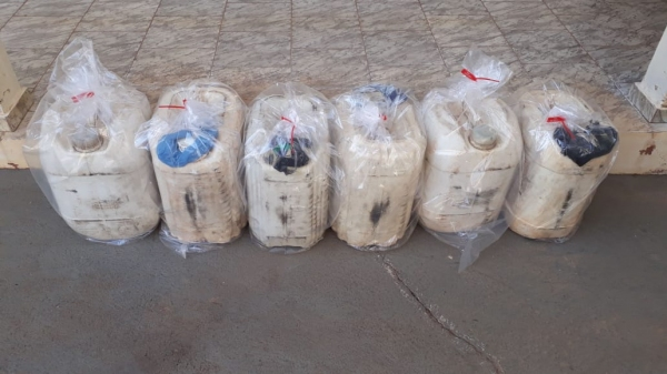 Combustível apreendido, que era transportado no caminhão (Cedida/PM Rodoviária).