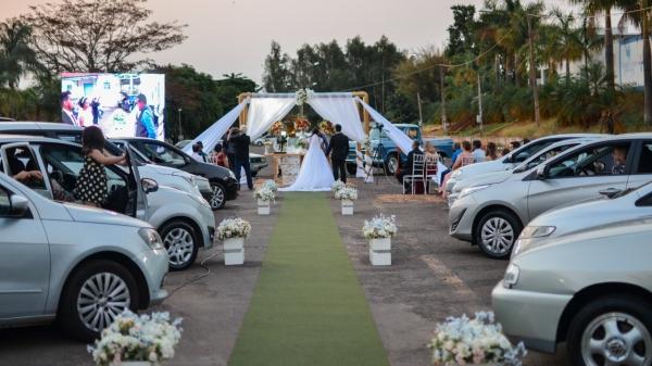 Casamento de Naiane Ribeiro Leonardo Queiroz foi realizado em formato drive-thru, no último sábado (10), em Lucélia (Imagens: Estela Mendes Fotografia).