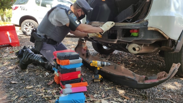 Droga estava em um fundo falso do veículo, entre a longarina e o para-choque traseiro (Foto: Cedida/PM Rodoviária).